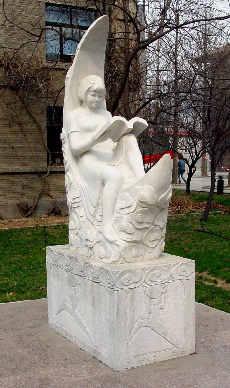 学的雕塑—月亮女孩